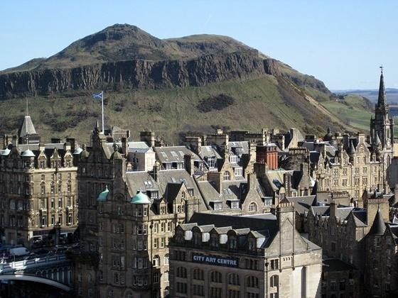 Edinburghi háztetők várnak a napelemre.