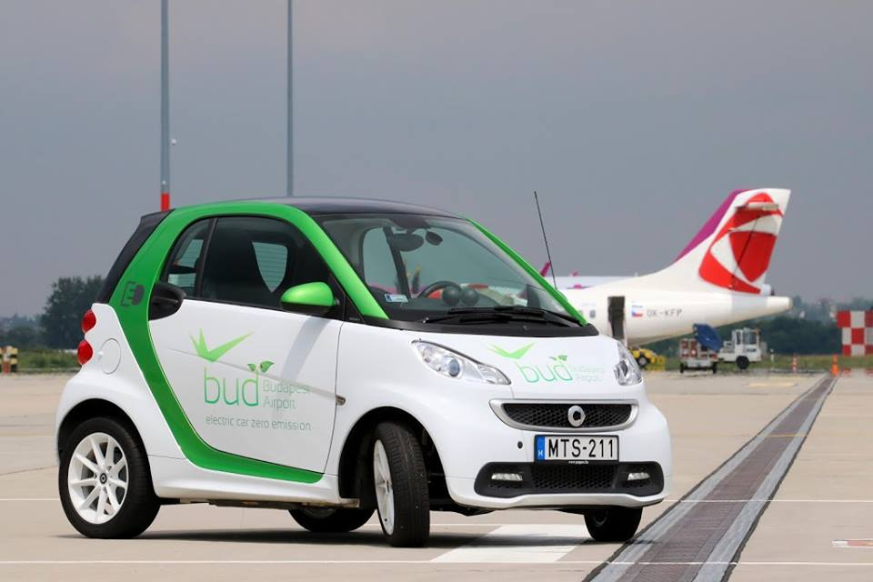 Elektromos autó a Budapest Airport kifutópályáján