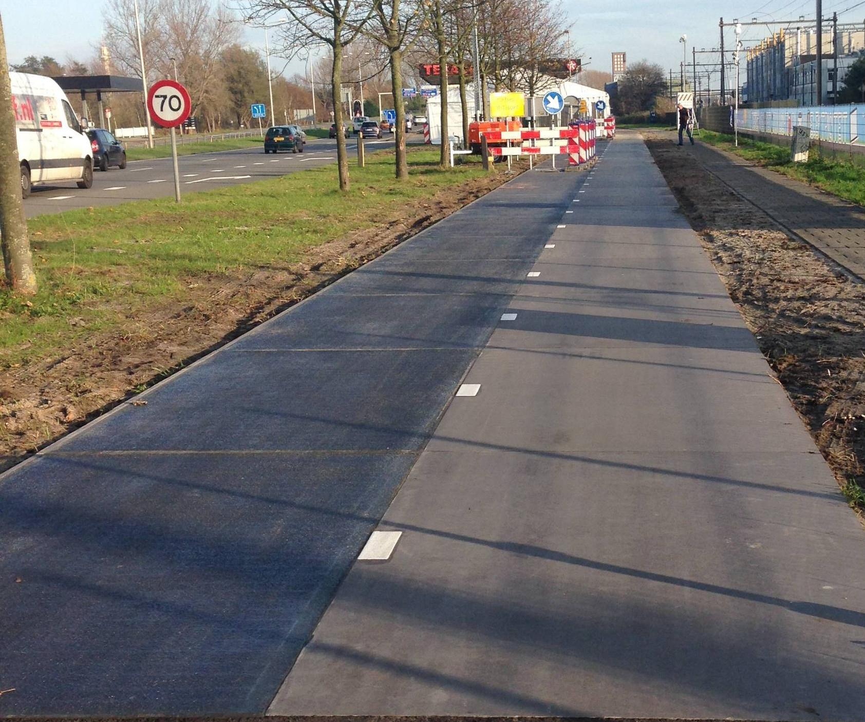 Hollandia - napelemes bicikliút.